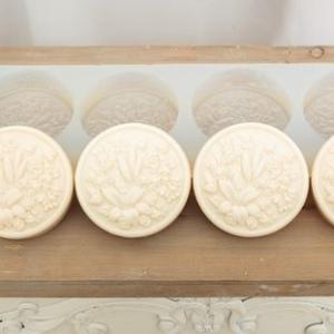 Forma din silicon cu patru cavitati, pentru sapun rotund, model floral